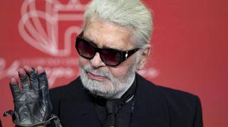 Karl Lagerfeld morto: le top model, la gatta e i dettagli celebri