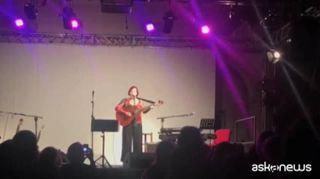 Lucilla Galeazzi dedica una canzone alla Casa delle donne a Roma