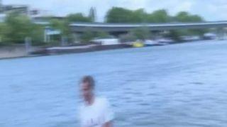 Francia, con il surf sulla Senna grazie all'e-Foil
