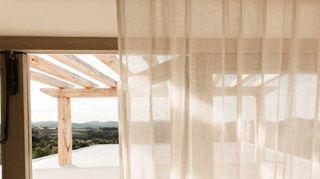 Un gioco di contrasti esalta lo stile di una casa vacanze a Ibiza