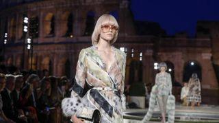 Fendi sfila nel ricordo di Lagerfeld