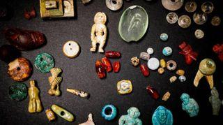 Morbide ambre, lucidi cristalli, ametiste: ecco il tesoro della fattucchiera