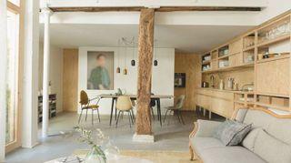 Un magazzino senza finestre diventa una casa piena di luce