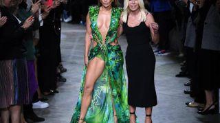 JLo magnifica a 50 anni per Versace: bentornato Jungle Dress