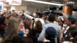 Fiumicino, fan in delirio per l'arrivo di Can Yaman