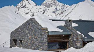 Una casa in pietra sulle pendici del Monte Bianco