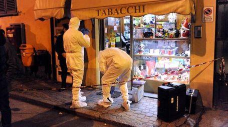Rilievi della scientifica nella tabaccheria di Manuel Bacco (Ansa)